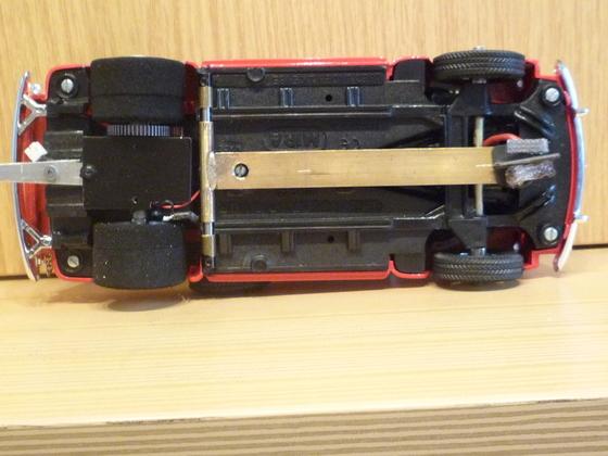 Zugfahrzeug von unten mit aufwändigem Leitkielarm.