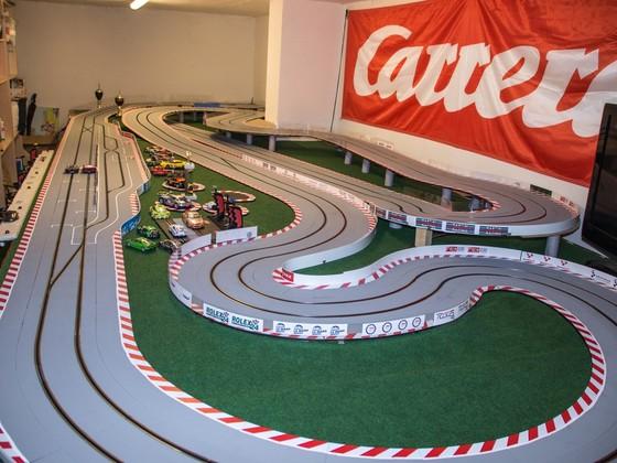 Festaufbau von Carrera Digital 124 Rennstrecke im Keller. 7,50m x 2,60 m