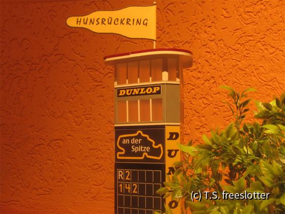 Dunlop-Turm und Shell-Säule auf dem Hunsrückring